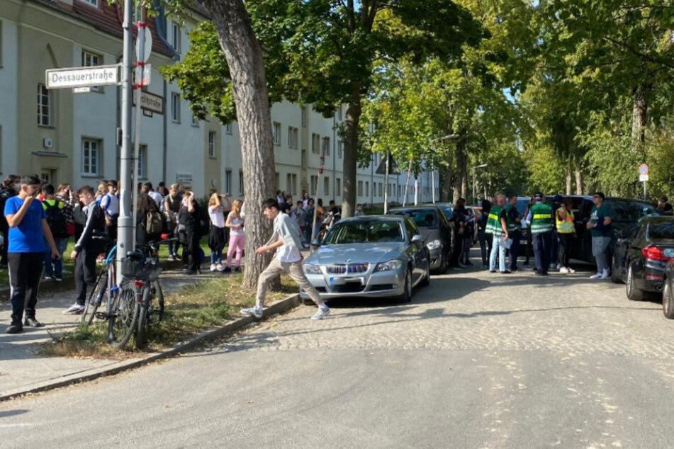Die Polizei ist an einer Schule im Einsatz.