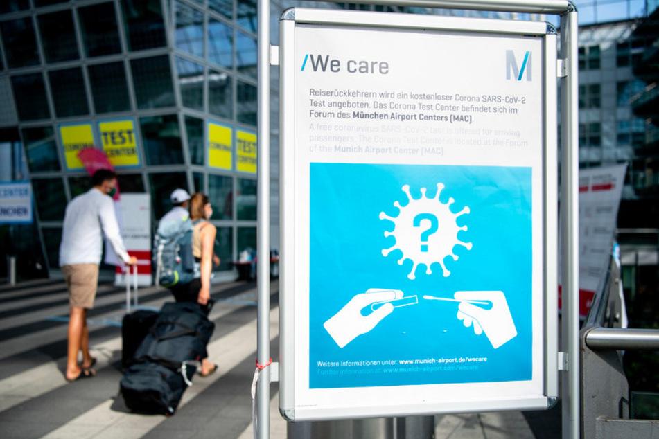 Ein Schild weist am Münchner Flughafen auf die Möglichkeit zur Durchführung von kostenlosen Corona-Tests hin.