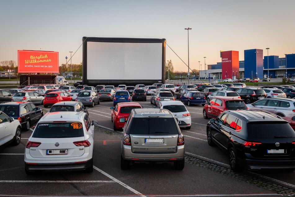 Voller Parkplatz bei der Premiere: So sah der Autokino-Auftakt am 22. April 2020 aus.