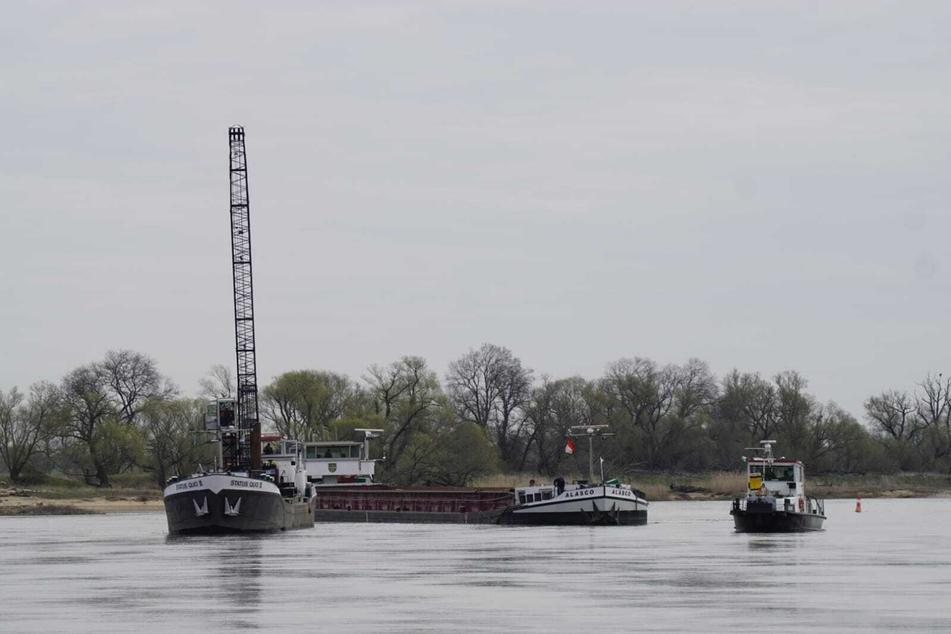 """Mehrere Bergungsschiffe versuchen das Gütermotorschiff """"Alasco"""" zu befreien."""