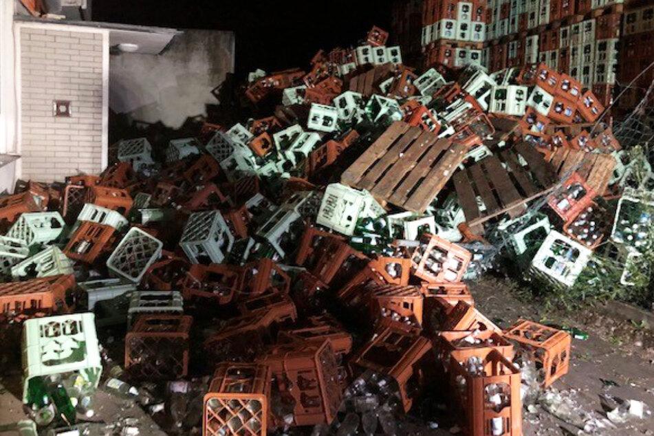 Die Leergut-Kisten bildeten einen gewaltigen Trümmerhaufen, wie dieses Foto der Polizei zeigt.