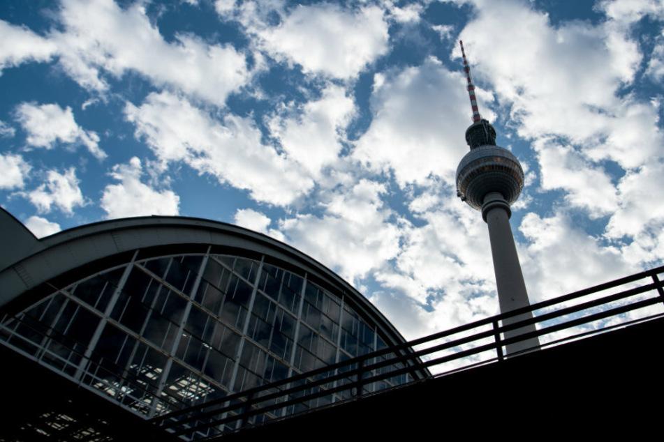 Berlin: Frau stürzt am Berliner Fernsehturm in die Tiefe