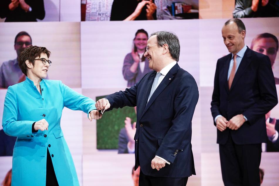 Der neue Parteivorsitzende Armin Laschet (M.) nimmt die Glückwünsche seiner Vorgängerin Annegret Kramp-Karrenbauer entgegen. Rechts der unterlegene Kandidat Friedrich Merz.
