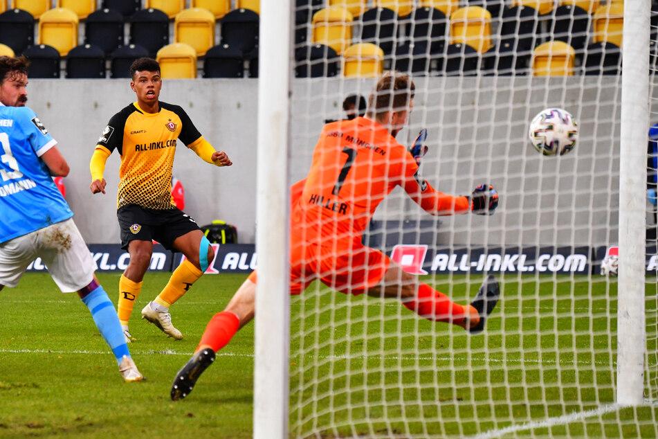 Mit seinem Treffer zum 2:1 schoss Ransford Königsdörffer (19, M.) seine Dynamos im Hinspiel gegen den TSV 1860 München zum Sieg.
