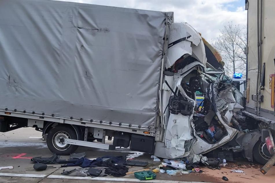 Unfall A2: Transporter kracht ungebremst in Sattelzug! 31-Jähriger stirbt auf der A2