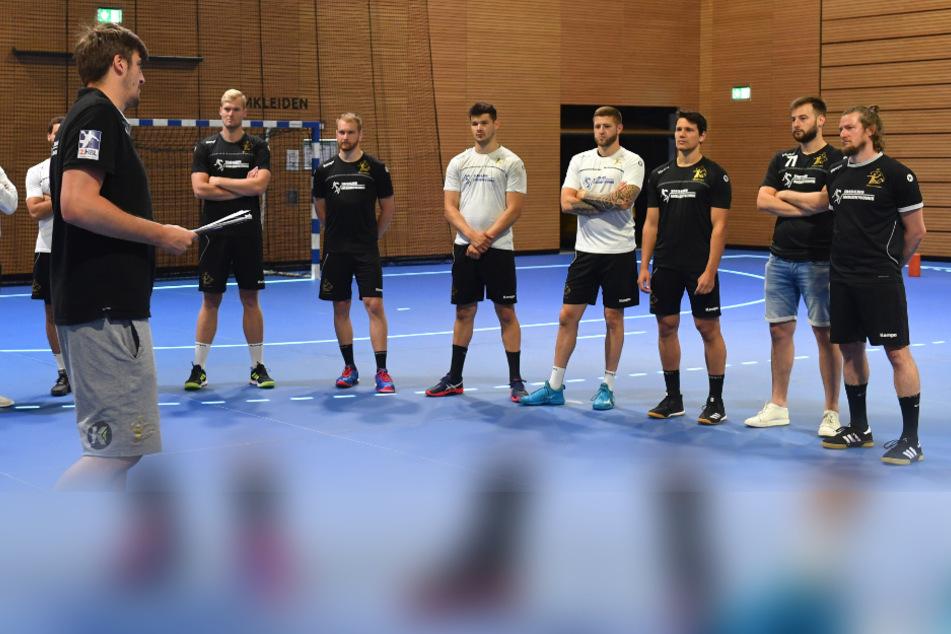 HCE-Chefcoach Rico Göde begrüßte gestern seine Mannschaft zum Trainingsauftakt.