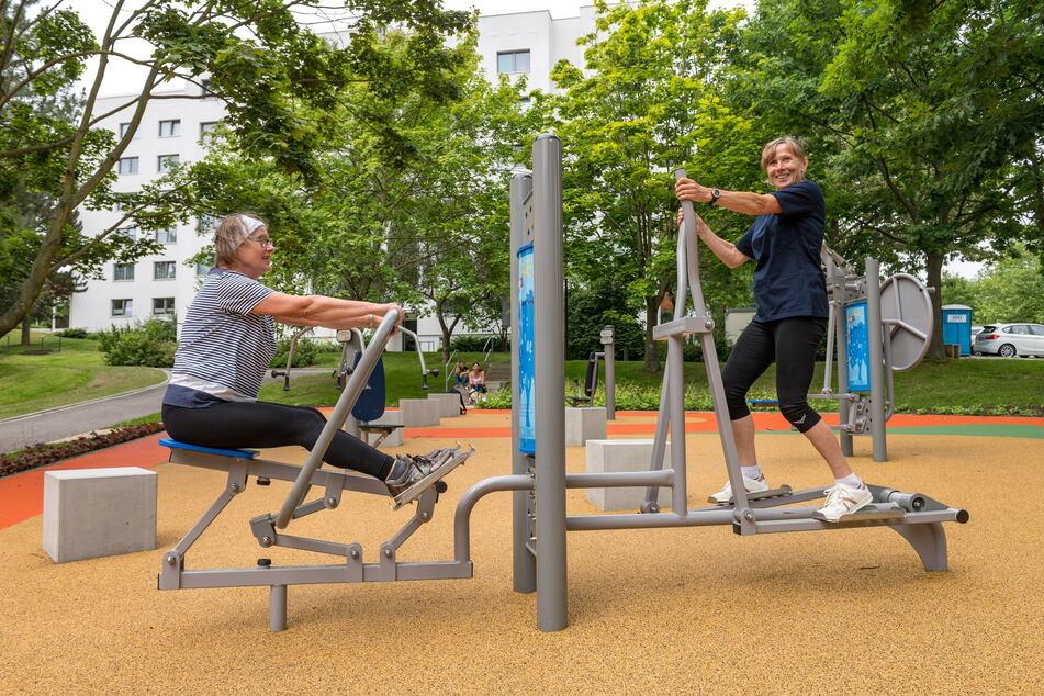 """Fit bleiben im Alter: Die Gorbitzerinnen Maria Jungrichter (67, l.) und Hannelore Bernhardt (68) beim """"Pumpen""""."""