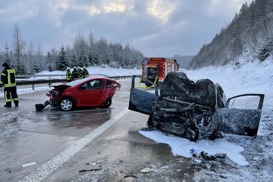 Stark beschädigt stehen die beiden Autos auf der glatten A71.