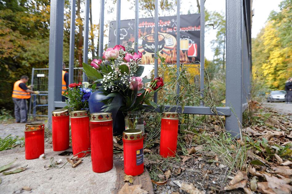 Blumen und Grablichter am Haus: Das Feuer forderte ein Todesopfer.
