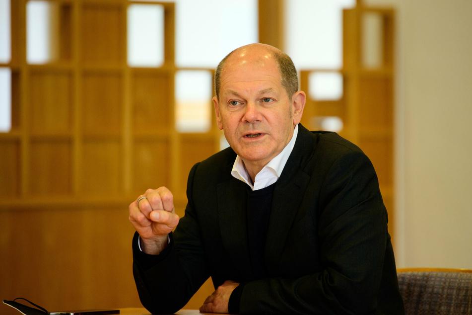 Olaf Scholz (62), Bundesfinanzminister und Spitzenkandidat der SPD Brandenburg, spricht nach seinem Besuch auf der Baustelle einer Kita der Hoffbauer-Stiftung während einer Pressekonferenz.