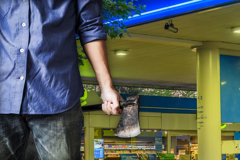 Fotomontage: Der Räuber stürmte mit einem Beil in den Shop der Tankstelle (Symbolbild).
