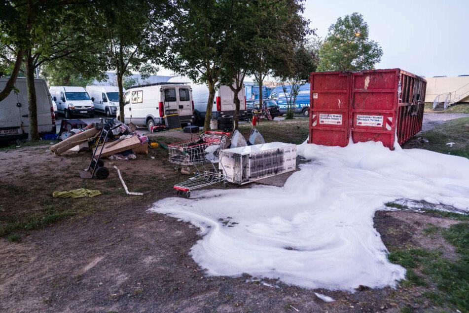 Der Polizei zufolge waren vor zwei Wochen zunächst ein Container und ein Bagger angezündet worden, um Einsatzkräfte im Kreis Offenbach in den Hinterhalt zu locken.