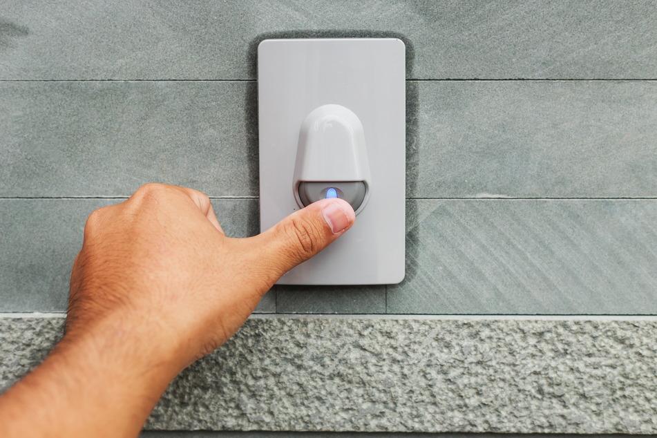 Wenn die Eins zweimal klingelt: Der Energieversorger bietet an der Haustür kostenlose Verlegung von Glasfaserleitungen an, die Nutzung kostet.