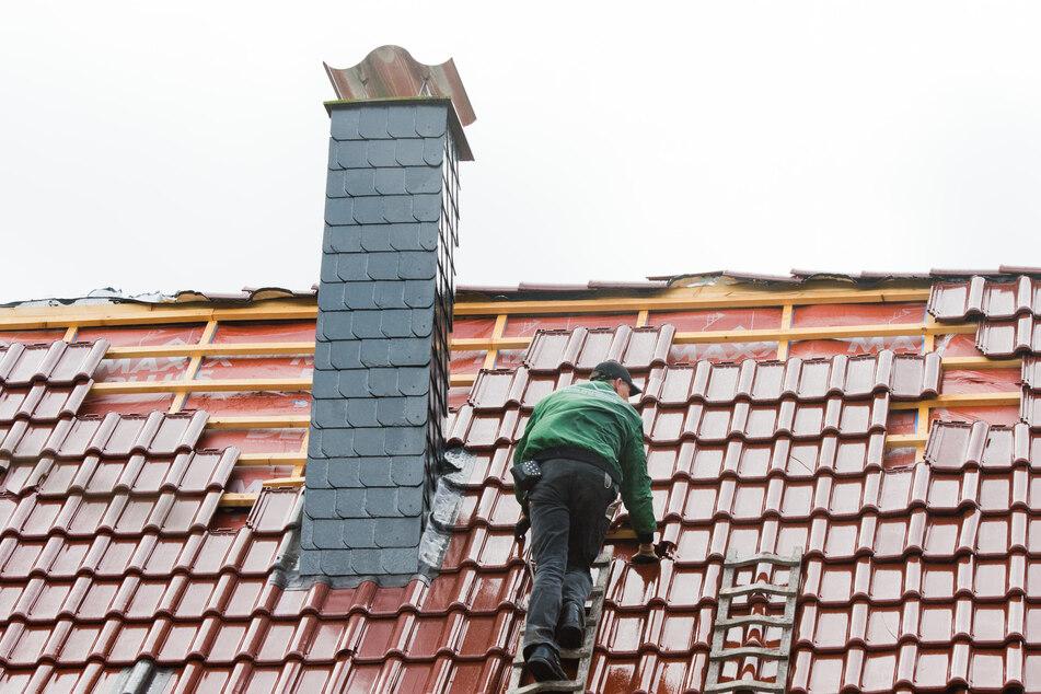 Tödlicher Arbeitsunfall: Mann stürzt von Dach und stirbt