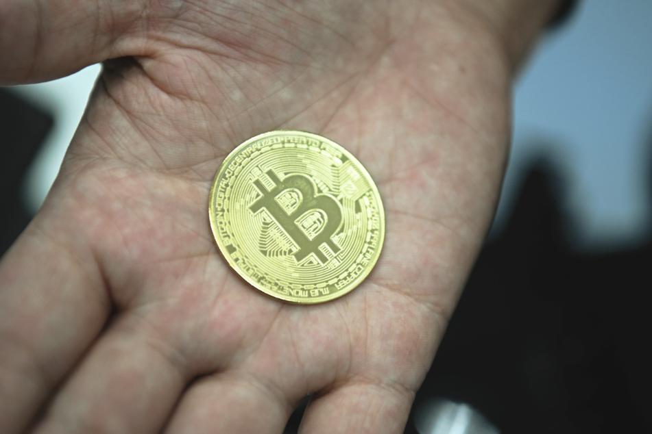 Den Bitcoin gibt es ausschließlich digital, Fans machen sich dennoch Münzen mit dem Logo der Kryptowährung nach. (Archivbild)