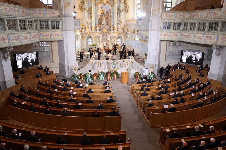 Mehr als 300 Trauergäste nahmen an dem Staatsakt teil. Wegen Corona saßen sie in gebührenden Abständen in den Bänken.