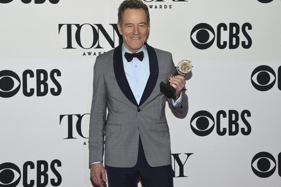 """Bryan Cranston mit der Auszeichnung für den besten Schauspieler in einem Theaterstück (""""Network"""") bei der Verleihung der Tony Awards in der Radio City Music Hall."""