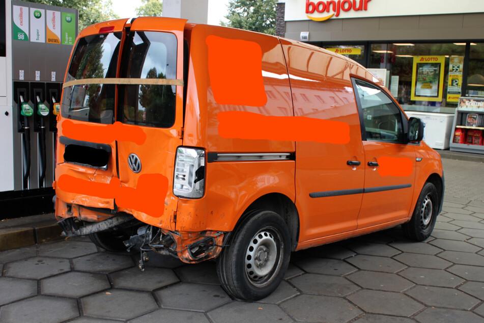 Der VW Caddy war im vergangenen Juli in einen Unfall verwickelt gewesen und seitdem nicht mehr fahrtüchtig. Nach Hamburg sollte er trotzdem überführt werden.