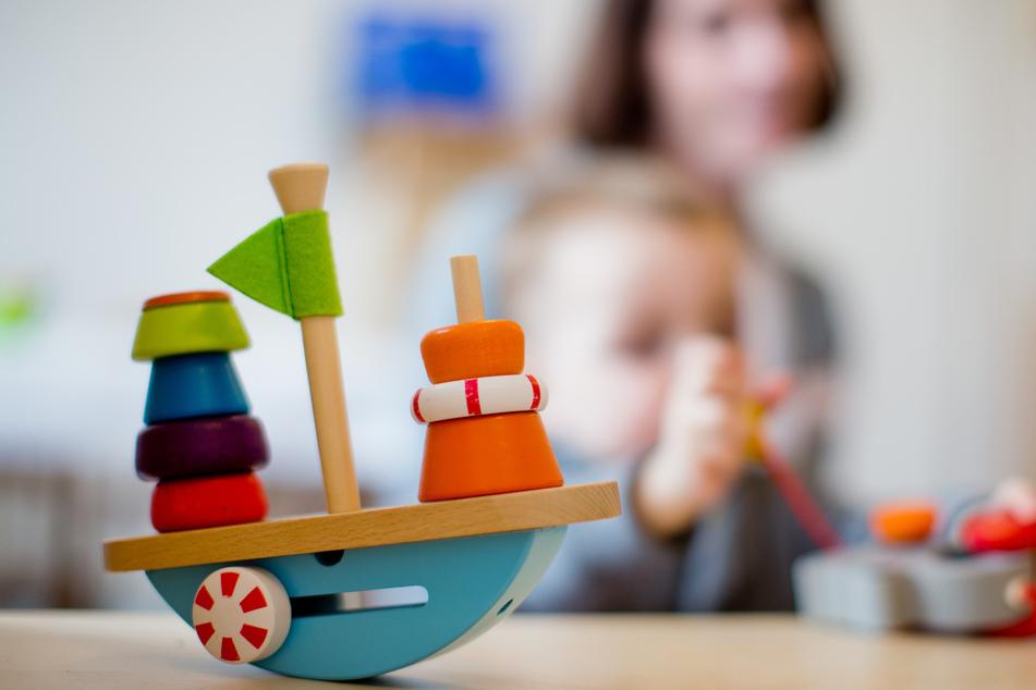 Laut einer Erhebung des Sächsischen Städte- und Gemeindetages (SSG) sei aktuell fast jedes fünfte Kita-Kind in der Notbetreuung. (Symbolbild)