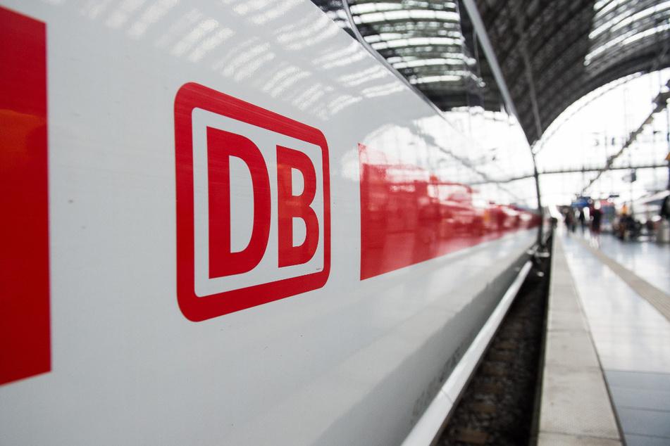 Das Logo der Deutschen Bahn ist auf einem ICE im Hauptbahnhof zu sehen. Mit einer bundesweiten Werbekampagne will die Bahnbranche zusammen mit dem Bund Kunden zurückgewinnen.