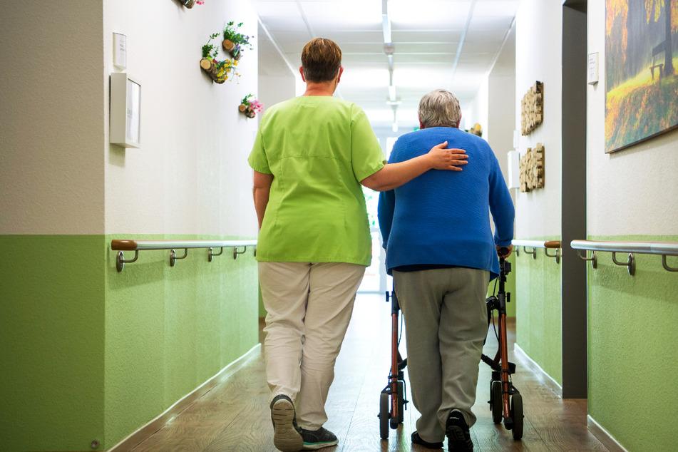In einem Seniorenheim in Weyhe hat es einen Corona-Ausbruch gegeben. Mehr als die Hälfte der Bewohner ist infiziert. (Symbolfoto)