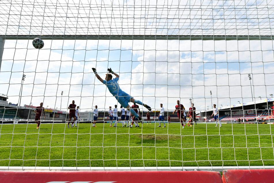 Perfekter Freistoß! Heinz Mörschel (23) schlenzte den Ball zum 2:0 unter die Latte.