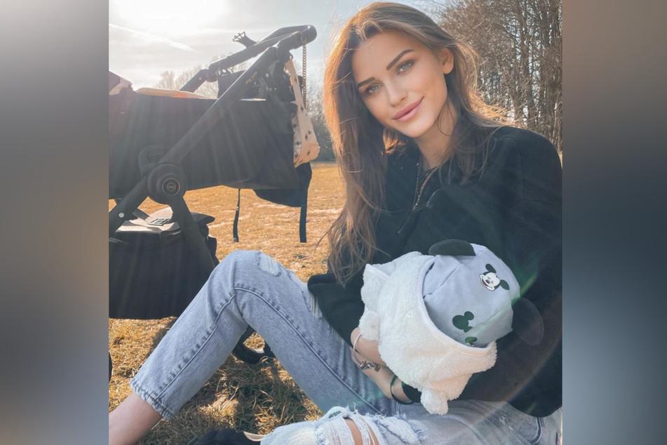 Neele Bronst (24) hält ihren kleinen Löwen im Arm.