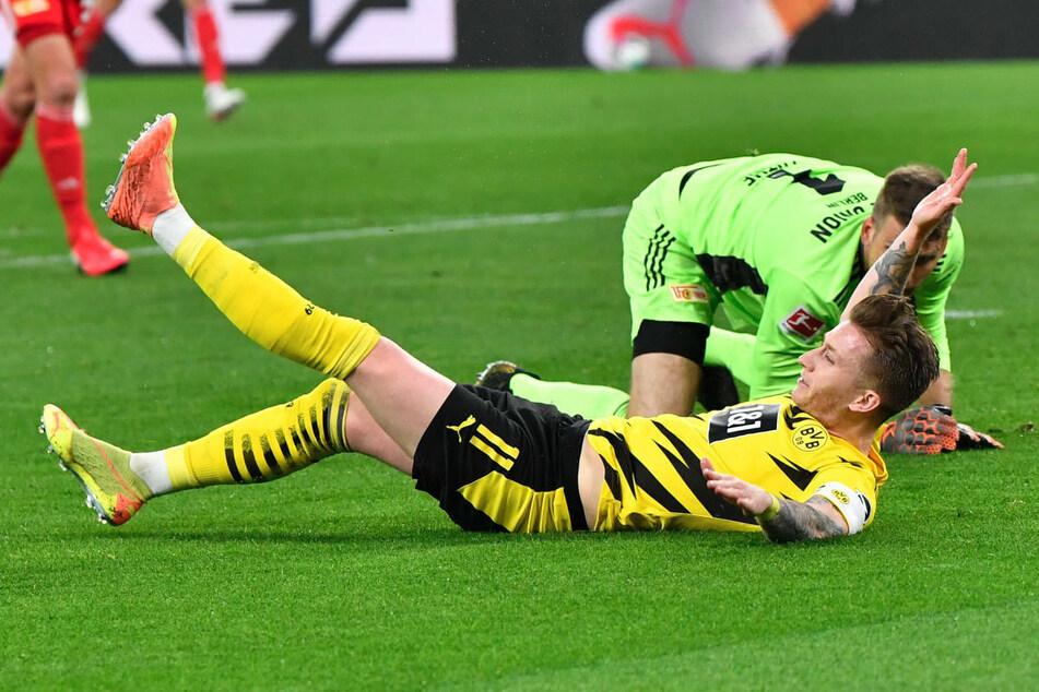 Dortmunds Marco Reus (31) liegt am Boden, nachdem er im Strafraum den Kontakt zu Union-Keeper Andreas Luthe (34) gesucht hat, um einen Elfmeter zu provozieren.