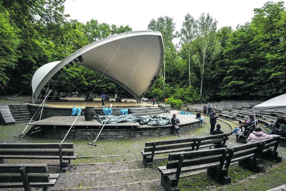 Eine große Plane umspannt jetzt den Bühnenbereich der Küchwaldbühne.