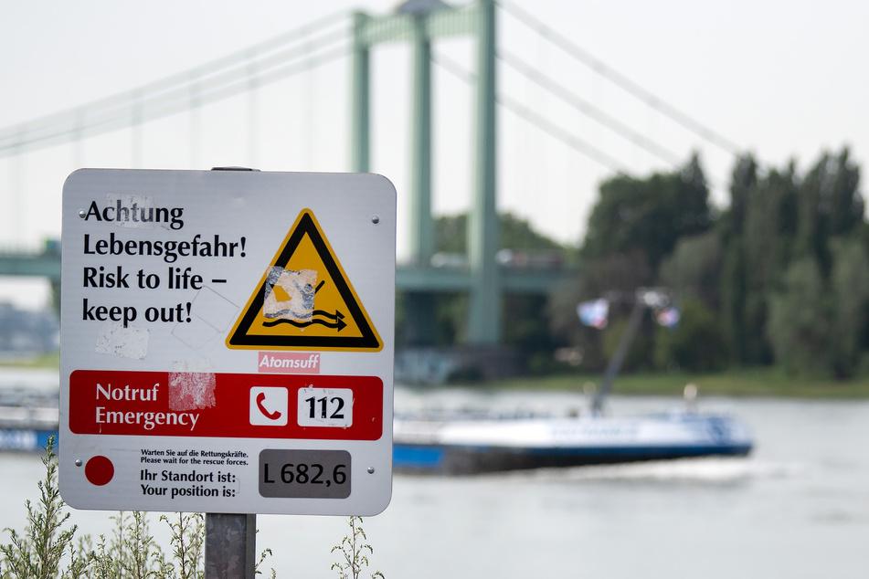 Feuerwehr rettet Person aus dem Rhein