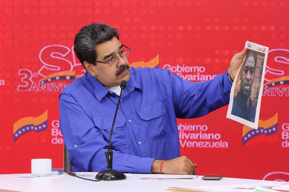 """Nicolas Maduro, Präsident von Venezuela, hält eine Zeitung mit dem Bild von George Floyd während einer Veranstaltung zum dritten Jahrestag der Bewegung """"Somos Venezuela""""."""