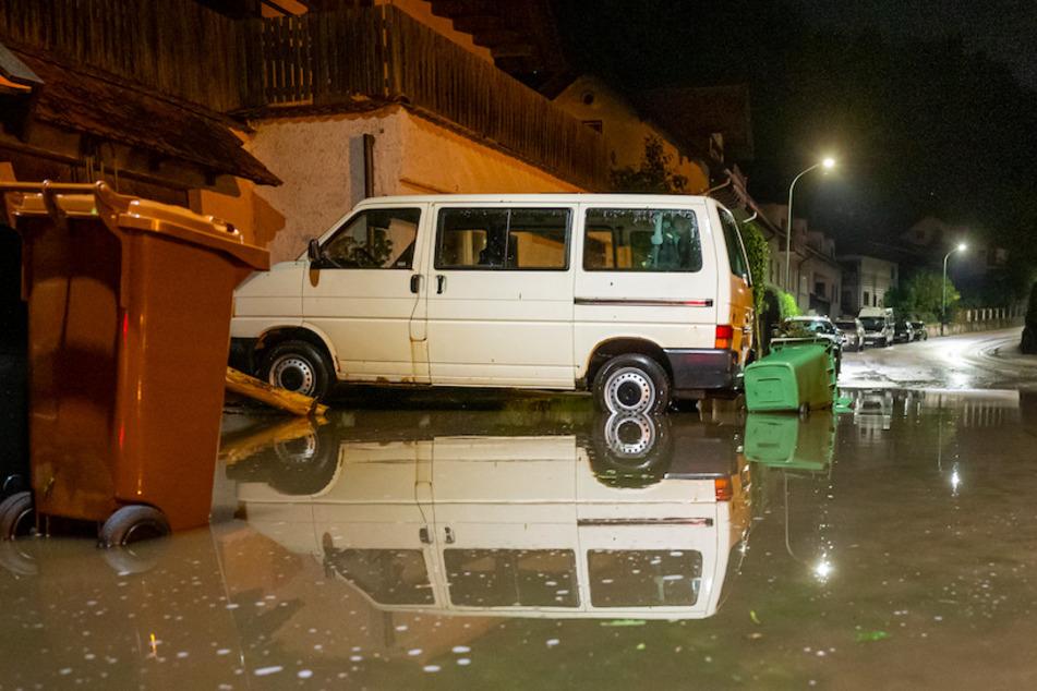 Eine Straße in Wolfrathshausen steht nach einem heftigen Unwetter unter Wasser.