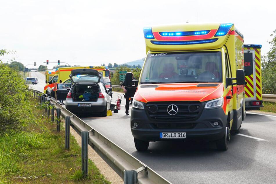 Die Rettungskräfte im Einsatz vor Ort. Vier Personen mussten ins Krankenhaus gebracht werden.