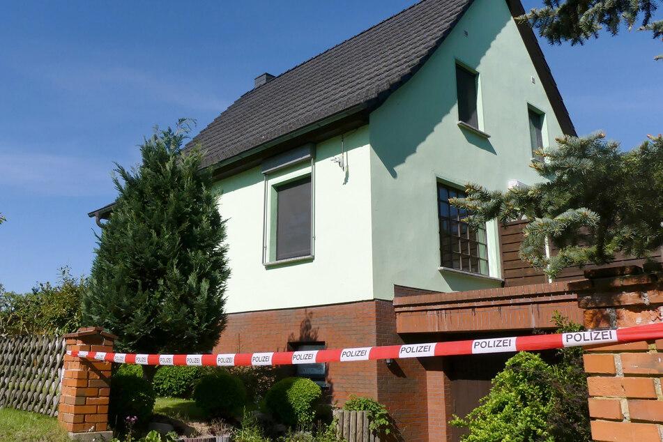 Polizeiband sperrt an einem Wohnhaus in Lanz den Zugang zu dem Grundstück, auf dem zwei Tote entdeckt worden waren.