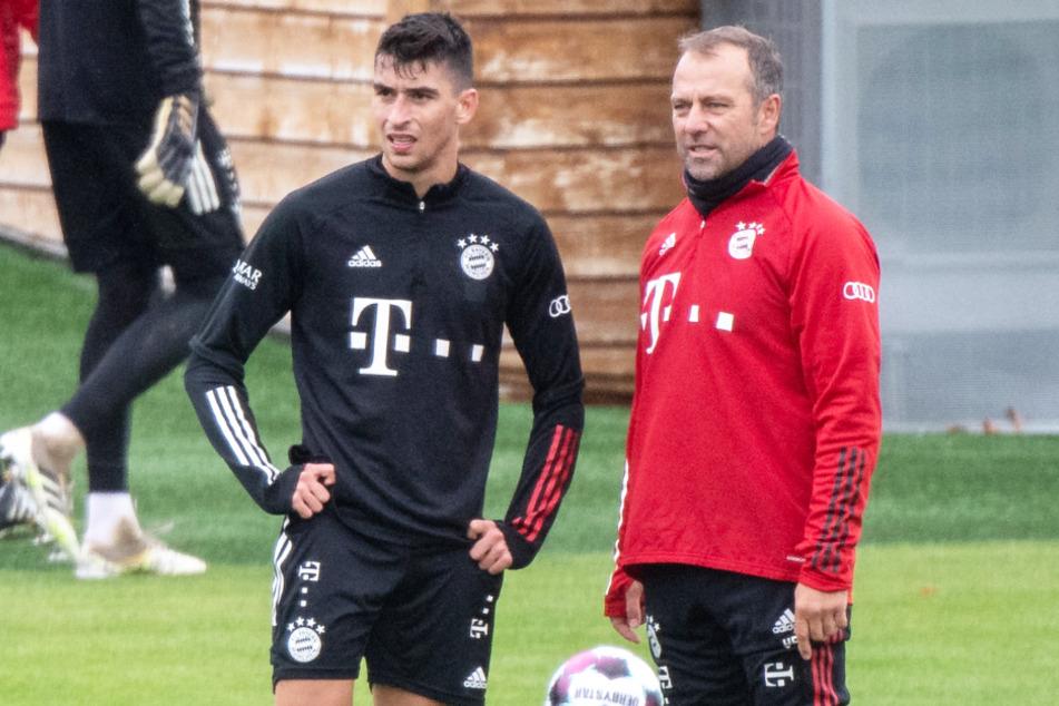 Mittelfeldspieler Marc Roca (24, l.) spielt beim FC Bayern München unter Trainer Hansi Flick (56) derzeit keine Rolle auf dem Feld.