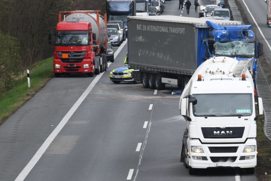 Sattelzug kracht in Tanklaster: 59-jähriger Lkw-Fahrer schwer verletzt