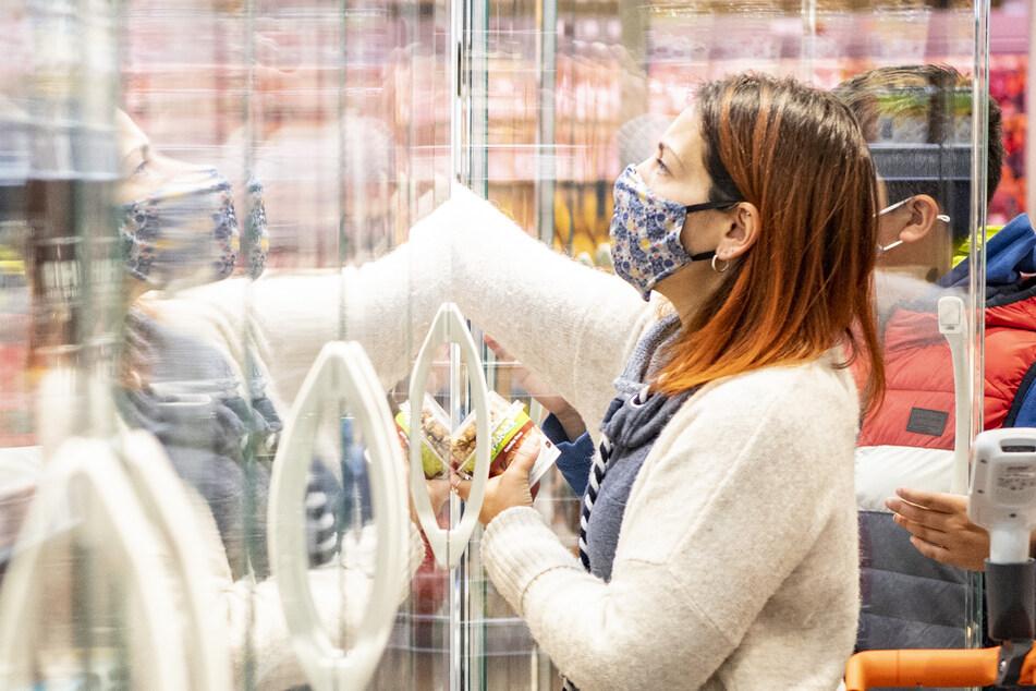 Einkaufen mit Maske ist in Dresden bereits wieder Pflicht (Symbolbild).