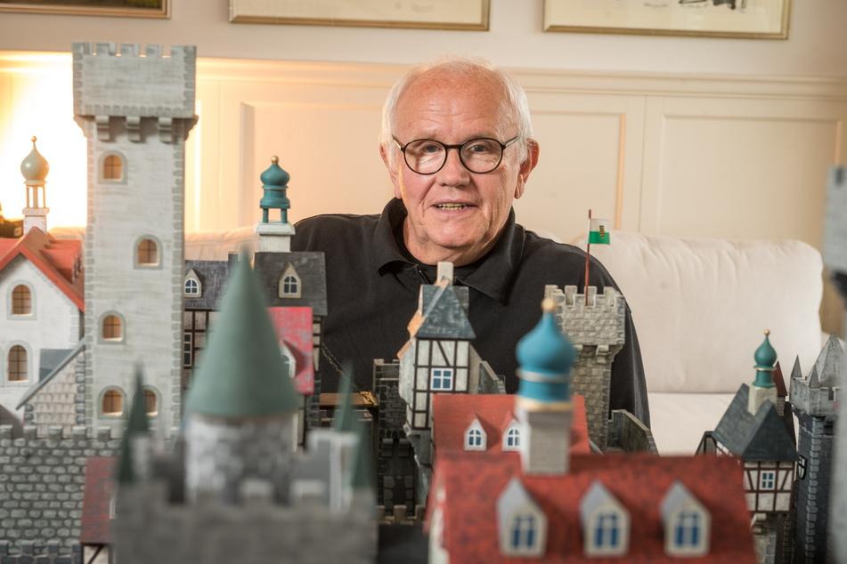 Andreas Gerhardt (70) aus Radebeul werkelt seit über einem Jahr an seiner Burganlage.