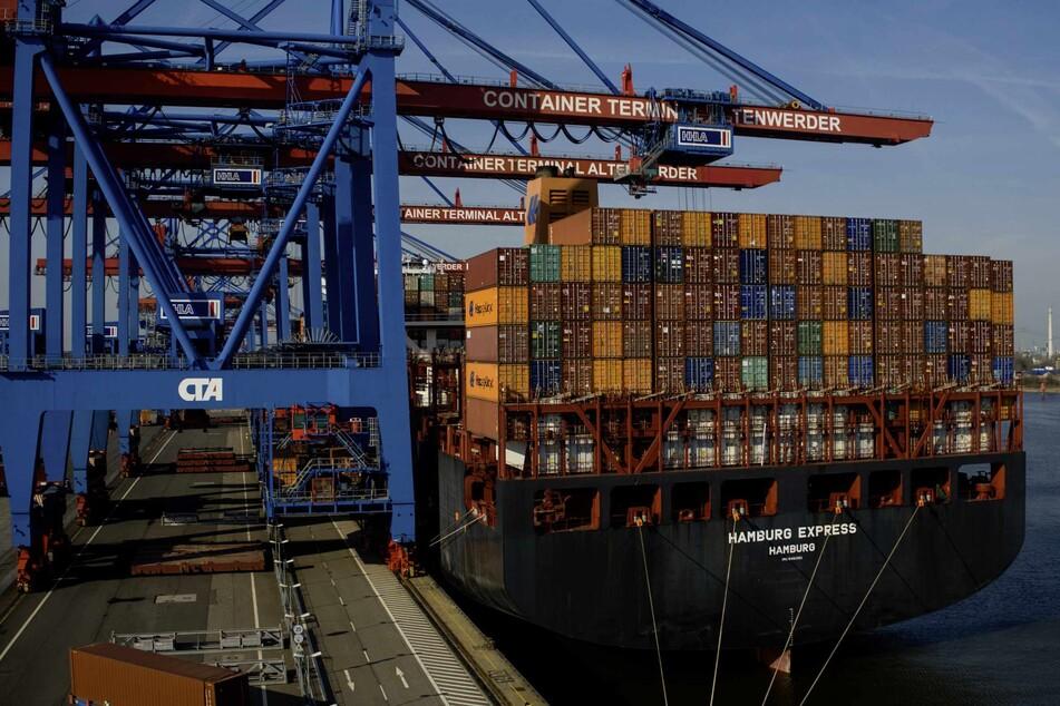 Ein Schiff liegt im Hamburger Hafen. (Symbolbild)