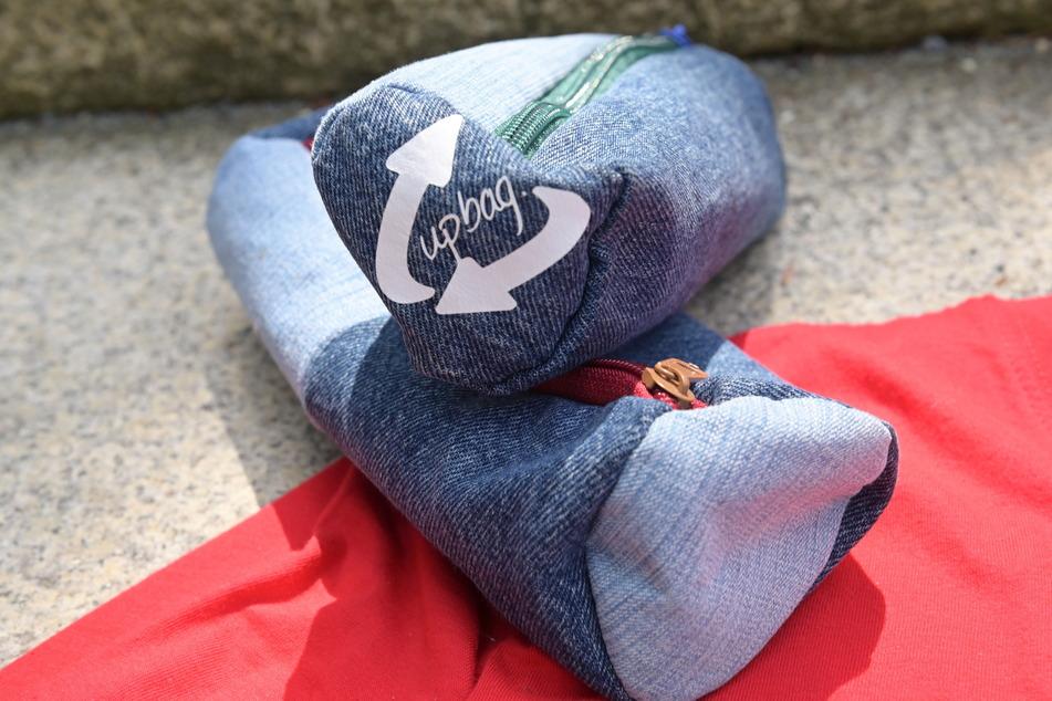 Diese stylischen Federmappen wurden aus altem Jeansstoff hergestellt.