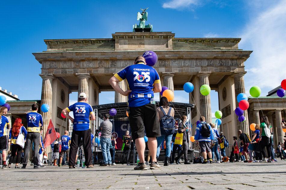 """Die Ankunft des """"Bid Book"""" wurde am Brandenburger Tor gefeiert."""