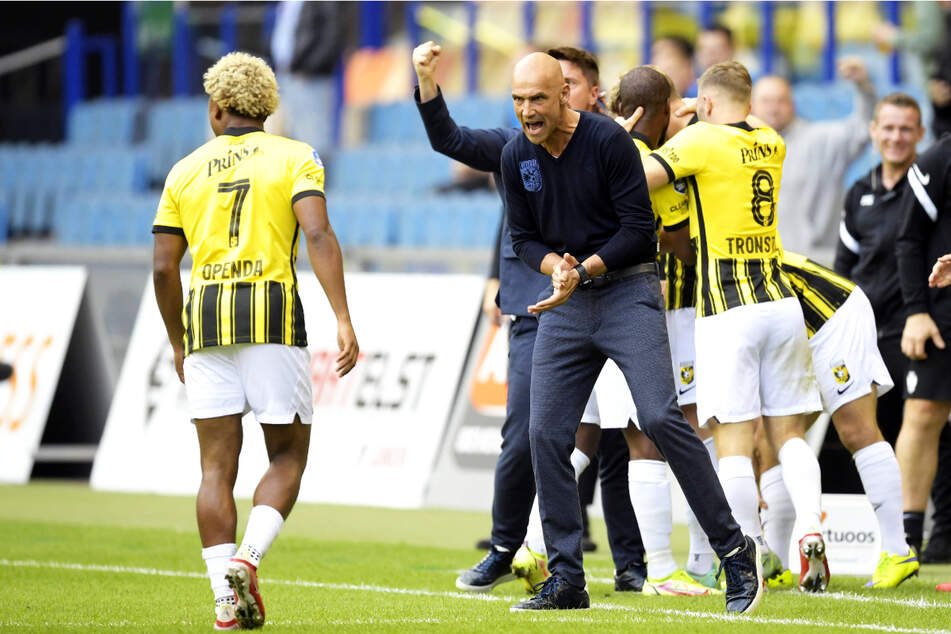 Voormalig Aue-coach Thomas Leitch (53, tweede van links) sprong met Vitesse Arnhem in de groepsfase van de European Conference League.