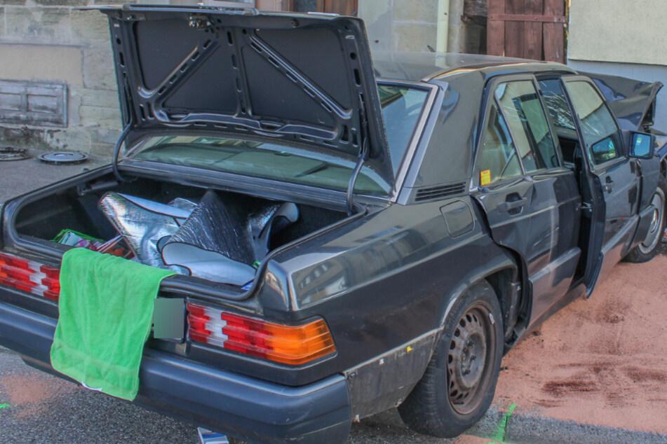 Frau kracht mit Auto gegen Hauswand und kommt ums Leben