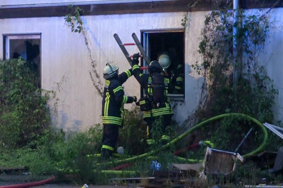 Von allen Seiten musste das Feuer am gestrigen Freitag bekämpft werden.
