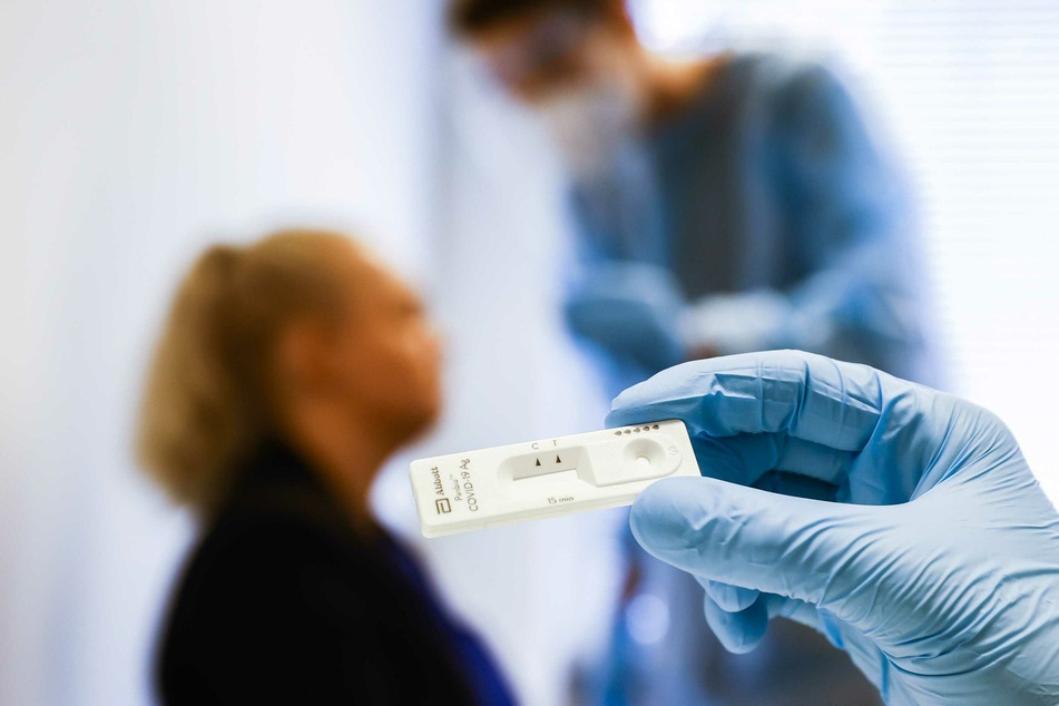Blick auf einen Corona-Schnelltest in einer Teststation des Gesundheitsamts.
