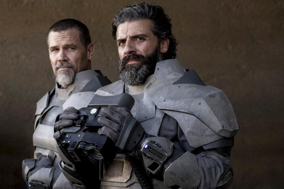"""Gurney Halleck (Josh Brolin, l.) und Duke Leto Atreides (Oscar Isaac) spielen in """"Dune"""" wichtige Rollen."""