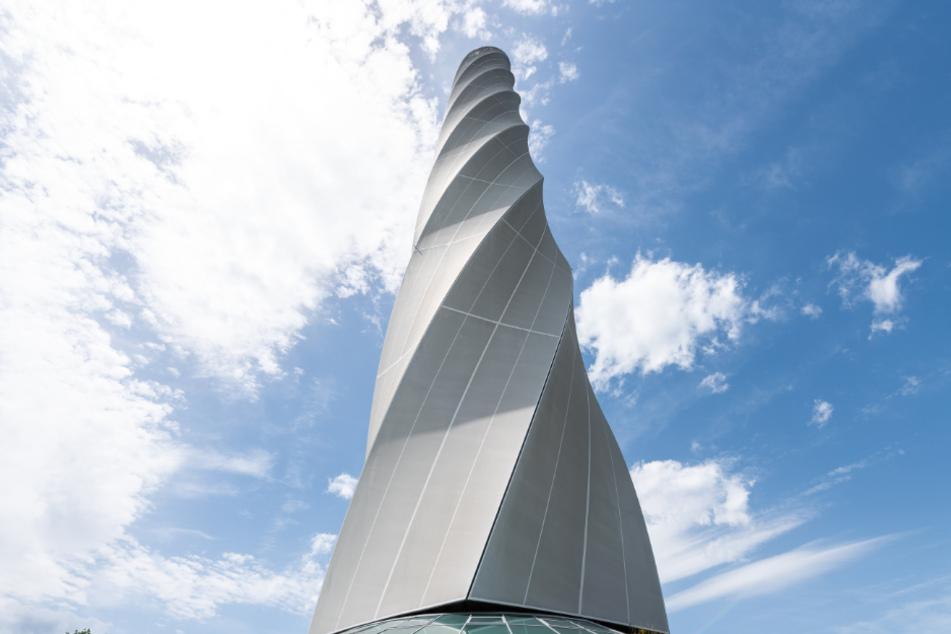 Wolken ziehen an dem Thyssenkrupp Testturm vorbei. Auf 232 Metern befindet sich die höchste öffentlich zugängliche Aussichtsplattform Deutschlands.