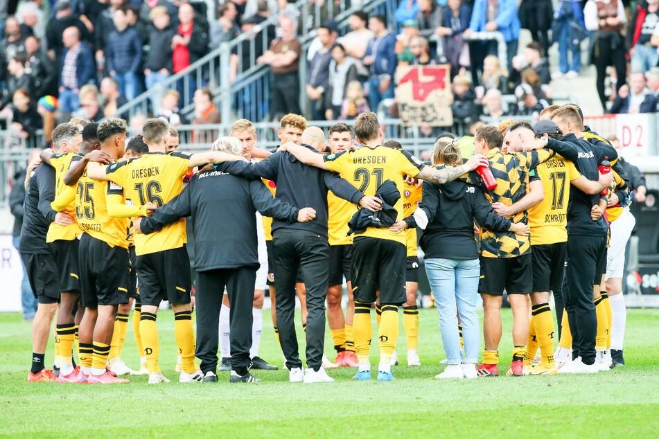 Zusammenstehen auch in der Niederlage. Die Dynamos nach dem derben 0:3 auf St. Pauli. Der Teamgeist ist das große Plus der Dresdner.