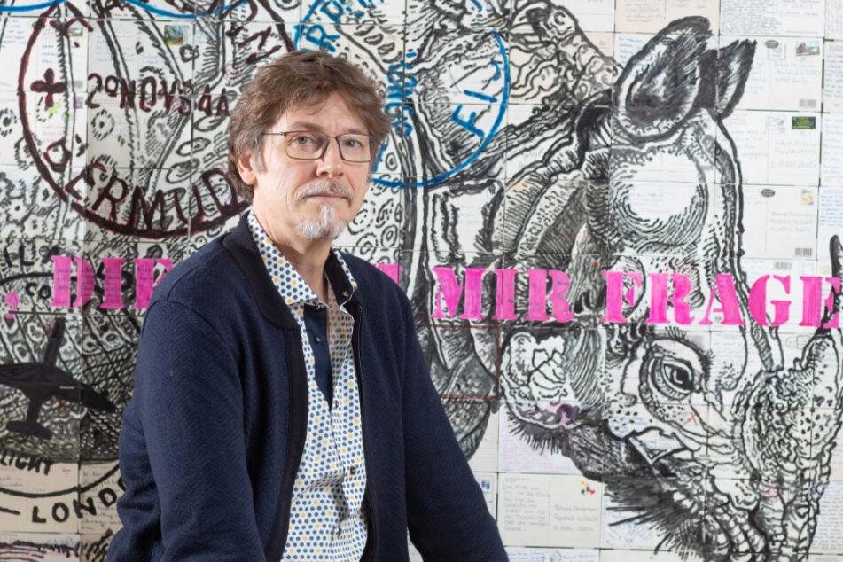 Roland Stratmann (56) verwendet Postkarten als Hintergrund und Stichwortgeber für seine Kunstwerke.