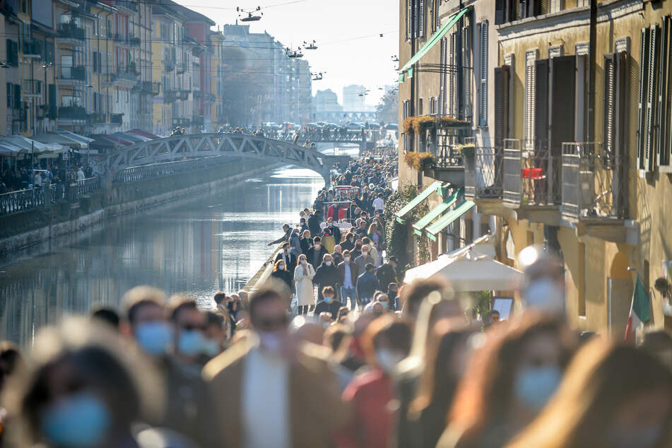 In Mailand gehen viele Italiener bei schönem Wetter spazieren. Derweil zählten die italienischen Behörden am Dienstag mehr als 17.000 neue Infektionen innerhalb von 24 Stunden.